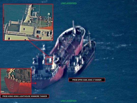 대북 제재의 틈을 노리는 북한과 중국 선박의 밀거래가 여전하다. 지난해 10월 동중국해 공해상에서 라이트하우스 윈모어호(왼쪽)가 북한 삼정 2호에 석유를 옮겨 싣는 모습이 포착됐다. [사진 NYT 홈페이지]