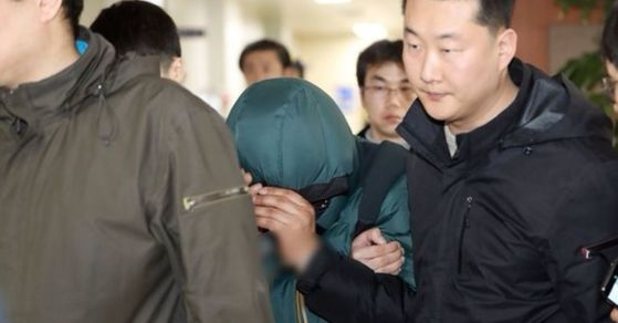 서울 종로5가 여관 화재 방화 용의자가 20일 오전 혜화경찰서에서 조사실로 이동하고 있다. [사진 연합뉴스]