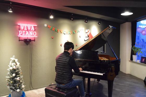 서울 상수동의 한 성인 전문 피아노 학원에서 한 수강생이 피아노를 연주하고 있다. 송우영 기자