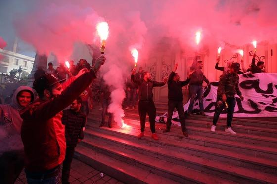 '재스민 혁명' 7주년을 맞아 시 위가 처음 시작됐던 튀니지 수도 튀니스에서 시민들이 화염을 밝히며 시위를 벌였다. [EPA=연합뉴스]