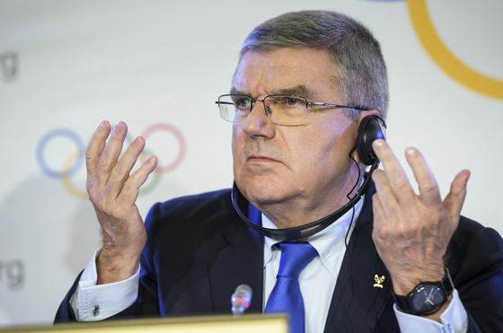 20일 스위스 로잔 IOC 본부에서 열리는 '평창 회의'를 앞두고 토마스 바흐 IOC 위원장에게 세계적 관심이 쏠리고 있다. 지난달 러시아의 올림픽 출전 제재 조치를 설명중인 바흐 위원장. [AP=연합뉴스]
