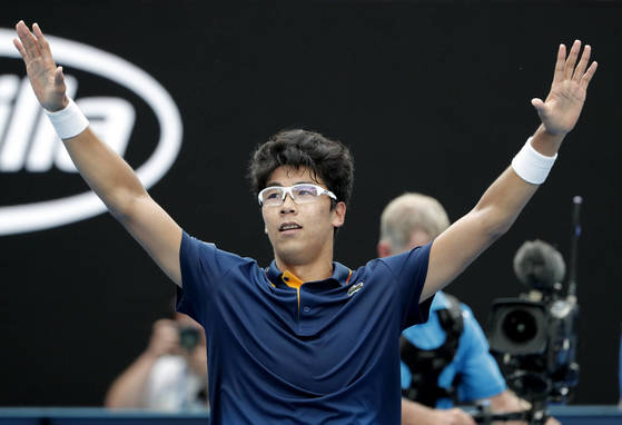 South Korea's Chung Hyeon celebrates after defeating Germany's Alexander Zverev in their third round match at the Australian Open tennis championships in Melbourne, Australia, Saturday, Jan. 20, 2018. (AP Photo/Vincent Thian) <저작권자(c) 연합뉴스, 무단 전재-재배포 금지>