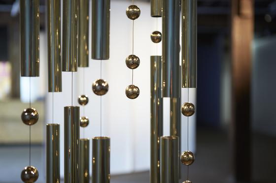 안젤리카 메시티의 사운드 조각 작품 '수신자 전원에게 알림'. 모스 부호의 장음과 단음을 물리적인 형상으로 조각했다. [사진 아트선재센터]