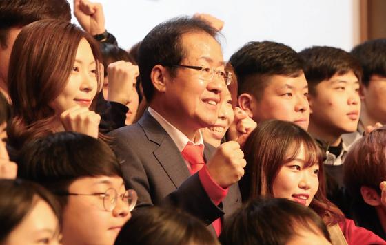 지난해 12월 홍준표자유한국당 대표가부산시청에서 열린제8회 대학생 리더십아카데미 강연 후학생들과 기념촬영을하고 있다.