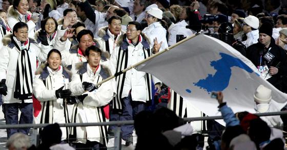 지난 2006년 열린 이탈리아 토리노 동계올림픽 개회식 당시 남북이 한반도기를 앞세워 공동입장하는 모습. [사진 연합뉴스]