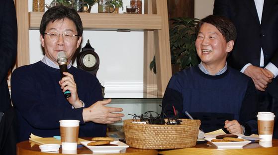 안철수 국민의당 대표(오른쪽)와 유승민 바른정당 대표가 21일 오후 서울 여의도 국회 인근 한 카페에서 열린 공동기자회견에서 통합 일정에 대해 이야기하고 있다. 변선구 기자