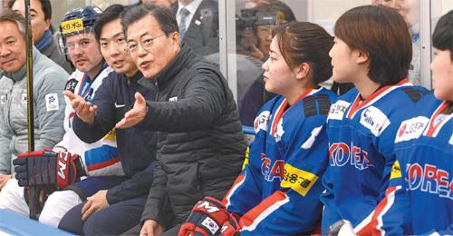 문재인 대통령이 17일 충북 진천 국가대표선수촌을 방문해 아이스하키팀 관계자들과 이야기를 나누고 있다. 청와대사진기자단