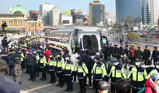 북한 예술단 사전점검단 일행을 태운 차량 2대가 21일 오전 서울역에 도착하자 경찰들이 일반인의 통행을 통제하고 있다. 차량 도착에 앞서 경찰은 9개 중대 720명의 경비병력을 배치해 북한 예술단 사전점검단의 KTX 플랫폼 진입 동선에 맞춰 서울역 광장을 가로지르는 긴 폴리스라인을 설치했다. [오종택 기자]
