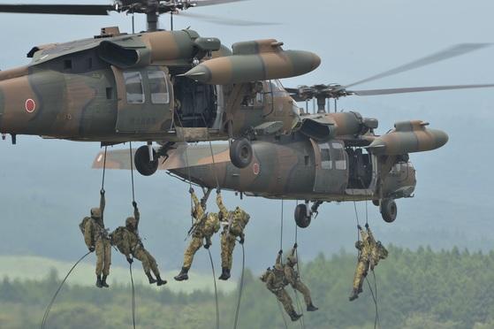 육상자위대 대원들이 UH-60 헬기에서 강하 훈련을 하고 있다. [사진 육상자위대]
