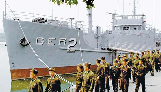 지난 2006년 6월 북한 조선중앙통신이 공개한 푸에블로함의 모습. 대동강에 전시되던 푸에블로함은 2013년 조국해방전쟁승리기념관이 있는 보통강구역으로 옮겨져 전시 중이다. [AP=연합뉴스]