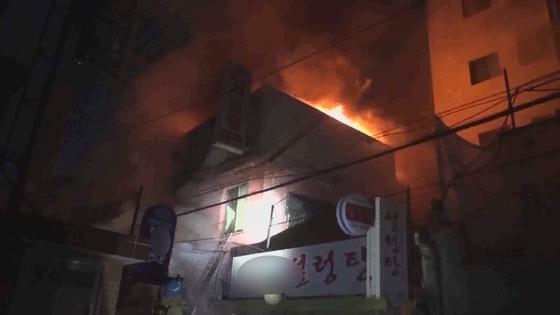 20일 오전 서울 종로구 종로5가의 한 여관에서 방화로 화재가 발생해 6명이 숨지고 5명이 부상을 입었다. [연합뉴스]