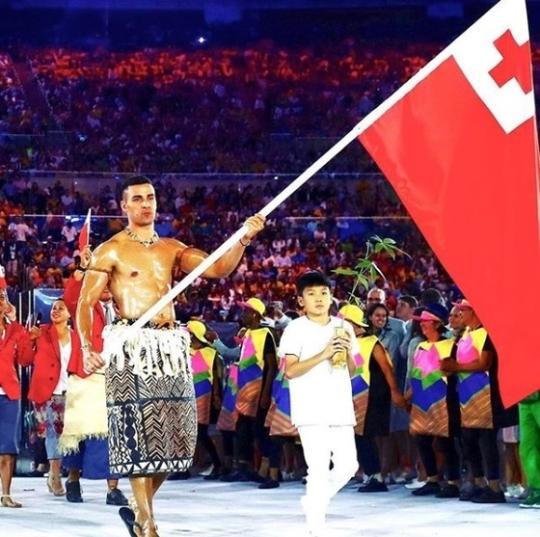 2016 리우올림픽 개회식에 통가 전통 의상을 입고 기수로 나선 타우파토푸아. [사진 타우파토푸아 인스타그램]