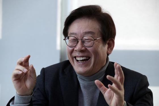 이재명 성남시장이 30일 오후 성남시청 집무실에서 중앙일보와 인터뷰를 하고 있다. 이 시장이 배명복 대기자의 질문에 답하고 있다. [최승식 기자]