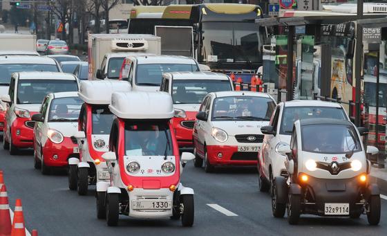 우정사업본부는 새해 첫 업무시작일을 맞아 2일 오전 서울 광화문우체국에서 노사상생 한마음결의대회를 가졌다. 결의대회 후 집배원들이 올해 도입 예정인 초소형 사륜전기차와 택배차량을 타고 기념행사를 가졌다.