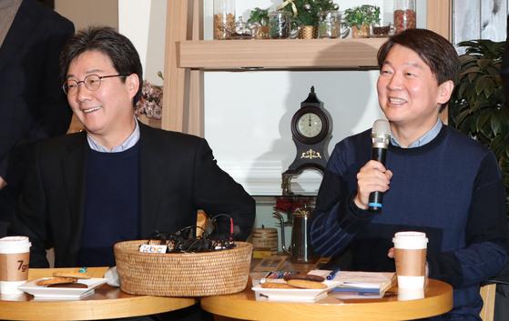 안철수 국민의당 대표(오른쪽)와 유승민 바른정당 대표가 21이 오후 서울 여의도 국회 인근 한 카페에서 열린 공동기자회견에서 양당의 통합일정에 대해 이야기하고 있다. 변선구 기자