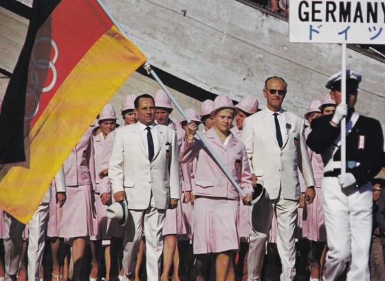 1964 도쿄올림픽 개회식에서 오륜마크를 새긴 삼색기를 앞세워 입장하는 독일 선수단 [사진 IOC 홈페이지]