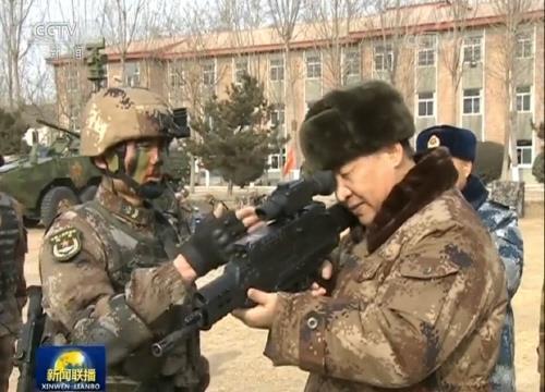 시진핑 주석이 QTS-11을 들고 살펴보고 있는 모습.[사진 중국육군망 캡처=연합뉴스]