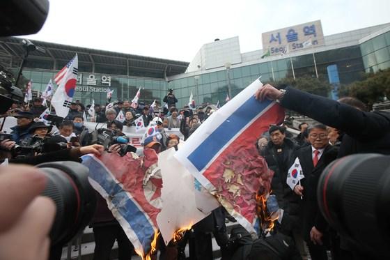대한애국당 등 보수단체 회원들이 22일 서울역에서 인공기 화형식을 하고 있다. 오종택 기자