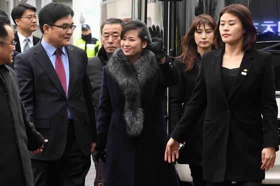 방남 이틀째인 현송월 단장(오른쪽에서 세번째) 을 비롯한 북한 예술단 점검단이 21일 서울 장충체육관을 방문, 환영하는 시민에게 인사하고 있다. 공동취재단