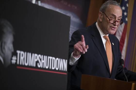 척 슈머 미국 상원 민주당 원내대표가 지난 20일 의회에서 '트럼프 셧다운'이란 팻말을 세워놓고 기자회견을 하고 있다. 반면 트럼프 대통령은 20일부터 시작된 연방정부 업무정지 사태를 '민주당 셧다운' 또는 '슈머 셧다운'으로 명명했다.[EPA=연합]