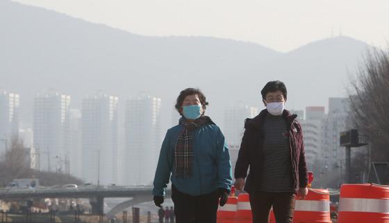 최근 미세먼지 오염이 심각한 가운데 어린이집 실내공기에 대한 관심도 커지고 있다. 하지만 현재의 측정방식으로는 오염도를 제대로 확인하기 어렵다는 지적이 제기됐다. 지난 19일 오전 부산 동래구 온천천에서 시민들이 마스크를 착용한채 산책하고 있다 .송봉근 기자