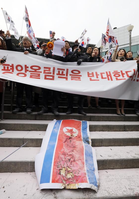 대한애국당이 22일 서울역 앞에서 평창동계올림픽 남북 단일팀 합의에 반대하는 시위를 벌였다. [News1]