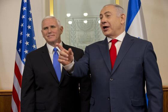 마이크 펜스 미국 부통령과 베냐민 네타냐후 이스라엘 총리. [AP=연합뉴스]