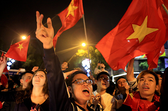 베트남이 아시아축구연맹 23세 이하 챔피언십 8강전에서 이라크를 승부차기 끝에 꺾고 4강에 오르자 하노이 시민들이 거리에서 환호하고 있다. 베트남은 23일 카타르와 결승행을 다툰다. [하노이=EPA]