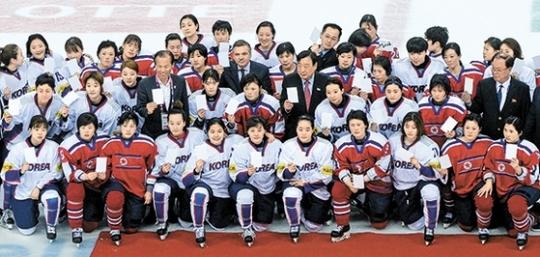 지난해 세계선수권 당시 남북한 여자아이스하키 선수들. [중앙포토]