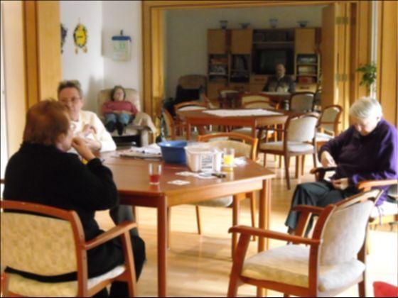 독일의 주간보호센터. 어르신들이 테이블에 모여 여가시간을 즐기고 있다. [중앙포토]