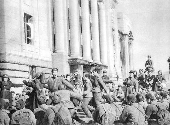 1951년 1월, 서울 입성 후 중앙청에서 가무를 즐기는 중공군. 당시 아군은 37도 선 일대까지 후퇴했는데 만일 금강까지 더 밀려난다면 미국은 한반도를 완전히 포기하기로 결정해 놓고 있었다. [history.army.mil]