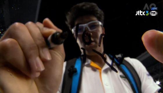 정현이 2018 호주오픈 8강에 진출한 후, 중계 카메라 렌즈에 자신의 사인 대신 한국팬들을 위해 '보고 있나?'라고 적고 있다. [사진 JTBC3 FOX Sports 캡처]