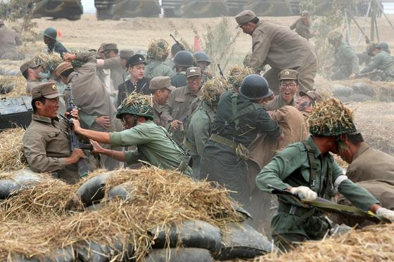6ㆍ25전쟁 '낙동강지구전투 전승행사'가 열린 낙동강 둔치에서 201특공여단 장병들이 당시 국군과 북한군으로 분장해 치열한 전투를 재연하고 있다. 낙동강지구전투는 1950년 8~9월 중순 마산-왜관-영천-포항 일대에서 국군ㆍ학도병ㆍ유엔군이 북한군 14개 사단의 총공세를 죽음으로 막아낸 전투다. 6ㆍ25 전쟁 최대의 격전지이자 전쟁의 흐름을 결정적으로 바꾼 큰 의미를 지닌 전투로 평가 받는다. [중앙포토]