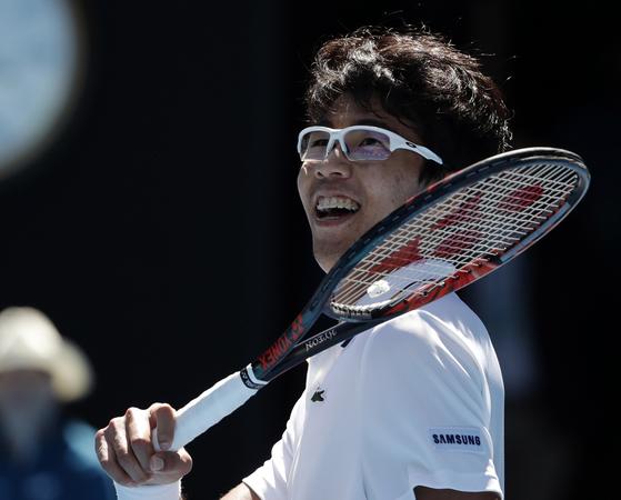 정현이 24일 멜버른에서 열린 호주오픈 테니스대회 남자단식 8강전에서 미국 테니스 샌드그렌을 꺾고 한국 테니스 사상 최초로 메이저 대회 4강전에 진출한 뒤 미소짓고 있다. [AP=연합뉴스]