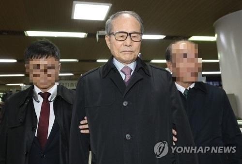 지난해 9월 이상득 전 의원이 '포스코 특혜 비리'사건 항소심 재판을 마친 뒤 법정을 나서고 있다. 그는 2심에서도 1년 3개월의 실형을 선고받았다. [연합뉴스]