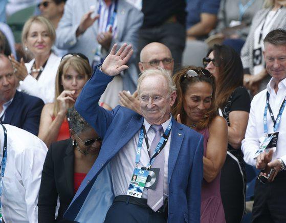 테니스의 살아있는 전설로 불리는 호주 출신의 전 테니스 선수 로드 레이버가 24일 자신의 이름을 딴 경기장에서 열리고 있는 정현과 테니스 샌드그랜의 호주오픈 남자단식 8강 경기 중에 관중들에게 기립박수를 받고 인사를 하고 있다.[멜버른 로이터=연합뉴스]