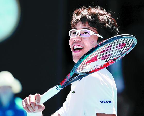 정현의 미소, 한국 테니스 최초 메이저대회 4강!   (멜버른 AP=연합뉴스) 정현이 24일 멜버른에서 열린 호주오픈 테니스대회 남자단식 8강전에서 미국 테니스 샌드그렌를 꺽고 한국 테니스 사상 최초로 메이저 대회 4강전에 진출한 뒤 미소짓고 있다. 2018.1.24   photo@yna.co.kr (끝) <저작권자(c) 연합뉴스, 무단 전재-재배포 금지>