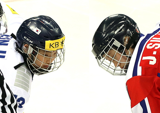한국 여자아이스하키 선수와 북한 선수(오른쪽). 단일팀으로 평창에서 뛰게 됐다.