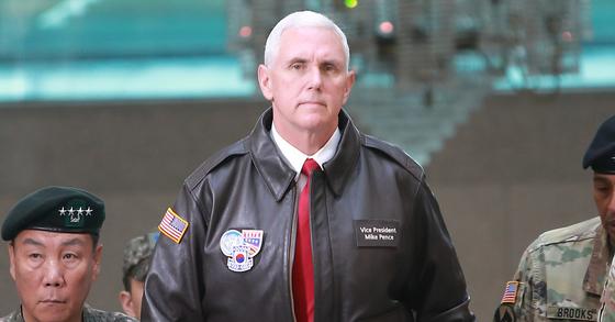 """마이크 펜스 미국 부통령은 """"김정은의 평창올림픽 선전전에 맞불을 놓을 계획""""이라고 강조했다. 사진은 지난해 4월 한국을 방문한 펜스 부통령. [사진 공동취재단]"""