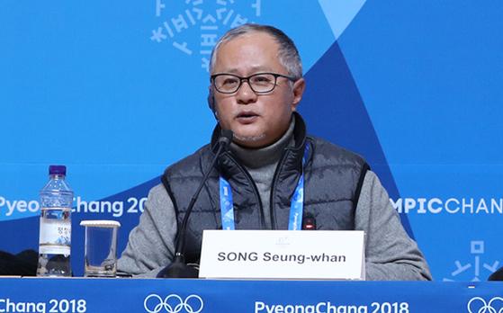 """개·폐회식 총연출을 맡은 송승환 총감독은 '북한의 올림픽 참가가 결정됐지만 남북 공동입장을 제외하면 큰 변화가 없을 것이다. 시간이 촉박해 새로운 프로그램을 추가하지는 않을 것""""이라고 설명했다. 23일 미디어 브리핑에서 설명하고 있는 송승환 총감독. [연합뉴스]"""