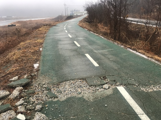 경북 군위군 우보면 나호리 위천변에 조성된 자전거길 일부가 파손돼 자갈이 바깥으로 드러나 있다. 군위=김정석기자