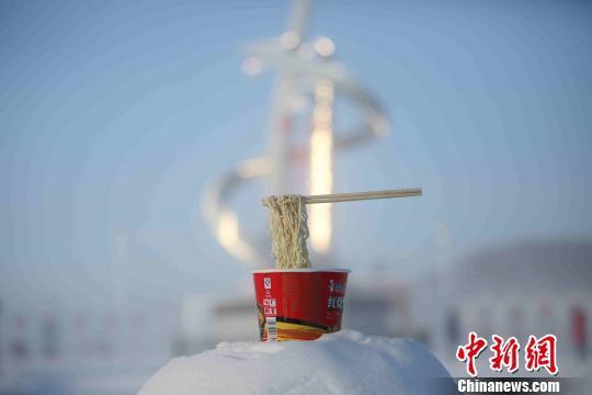 영하 46도 추위가 엄습한 중국의 최북단 헤이룽장성 모허현에서 컵라면이 젓가락째 꽁꽁 얼어붙었다. [사진=중신망]
