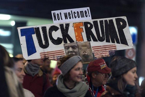 스위스 취리히에서 도널드 트럼프 미국 대통령의 다보스 포럼 참석에 반대하는 시위가 열렸다. [EPA]