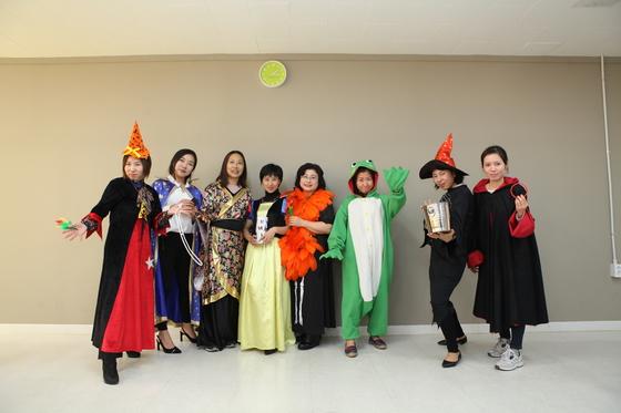 익산 다스토리 다문화 마술단 소속 다문화 가정 여성들이 저마다 개성 있는 복장을 입고 포즈를 취하고 있다. [사진 전북도]