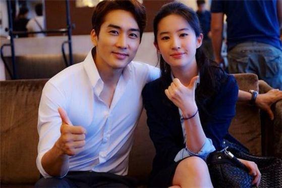배우 송승헌(42·왼쪽)과 중국 여배우 리우이페이(31·劉亦菲)이 결별했다. [일간스포츠]