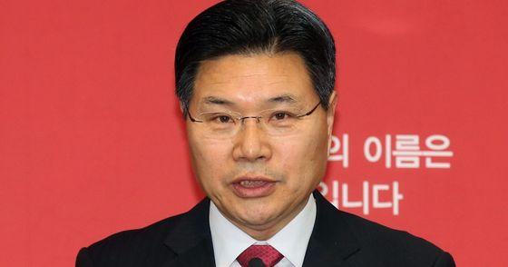 검찰이 홍문종 자유한국당 의원의 불법 정치자금 의혹과 관련해 홍 의원의 자택과 사무실 압수수색에 나섰다. [중앙포토]