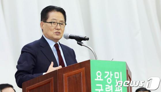 전남 목포해양대학교에서 열린 민주평화당 창당 결의대회에서 인사말을 하는 박지원 전 국민의당 대표. [News1]