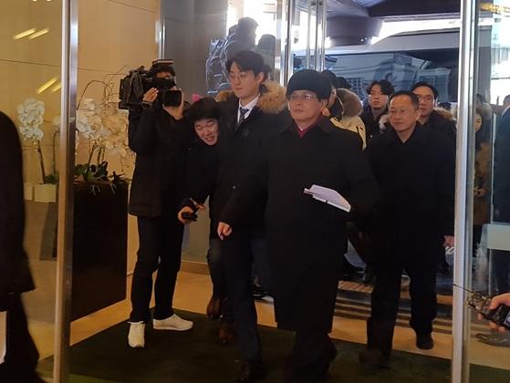 윤용복 북한 체육성 부국장을 단장으로 한 북측 선발대가 26일 강원도 평창군 알펜시아 홀리데이 인 호텔로 들어가고 있다. 박진호 기자