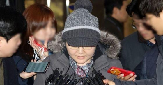 지난 16일 이대목동병원 신생아 중환자실 주치의 조수진 교수가 서울지방경찰청에 들어서며 기자들의 질문에 답하고 있다. 이날 조 교수는 건강 상의 이유로 진단서를 내고 1시간 만에 귀가했다. [연합뉴스]