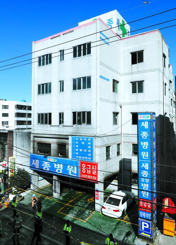 26일 오전 대형 화재 참사가 발생한 경남 밀양시 가곡동 세종병원 화재현장 모습. [연합뉴스]